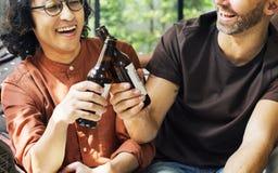 Amis buvant de la bière ensemble à l'intérieur Photo stock
