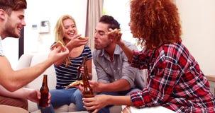 Amis buvant de la bière et mangeant de la pizza banque de vidéos