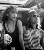 Amis buvant des bières d'alcool ensemble sur le voyage de voyage par la route Image libre de droits