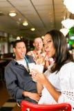 Amis buvant des laits de poule dans un bar Photo stock
