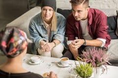 Amis buvant du café Images libres de droits