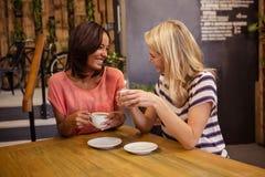 Amis buvant du café Photos libres de droits