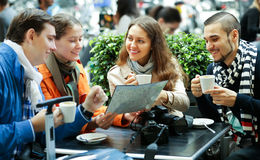 Amis buvant du café dehors Photo libre de droits