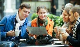Amis buvant du café dehors Photos libres de droits