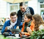 Amis buvant du café dehors Photographie stock