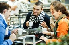 Amis buvant du café dehors Images libres de droits