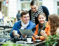 Amis buvant du café dehors Image libre de droits