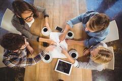 Amis buvant du café et se dirigeant sur le papier Photos libres de droits