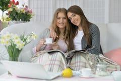 Amis buvant du café ou du thé Images stock