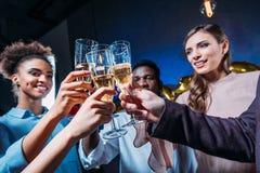 Amis buvant du champagne Photographie stock libre de droits