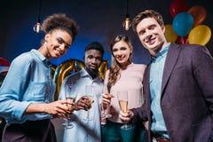 Amis buvant du champagne Photo libre de droits