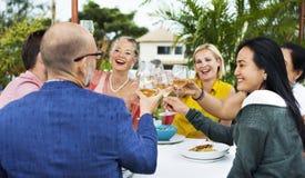 Amis buvant du vin à un restaurant de dessus de toit Images libres de droits