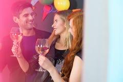 Amis buvant du vin Photos libres de droits