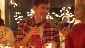 Amis buvant du vin au dîner de Noël banque de vidéos
