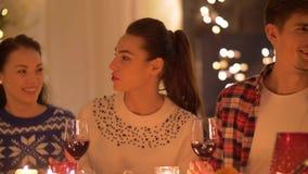 Amis buvant du vin au dîner de Noël clips vidéos