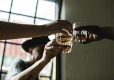 Amis buvant et ayant l'amusement Photo libre de droits