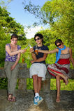 Amis buvant à l'extérieur Photographie stock libre de droits