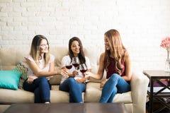 Amis célébrant avec du vin Photos libres de droits