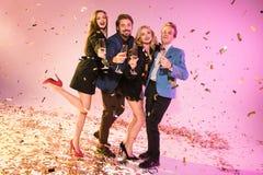 Amis célébrant avec le champagne Photos libres de droits