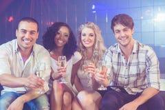 Amis célébrant avec le champagne Photos stock