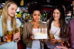 Amis célébrant avec le gâteau Photo stock
