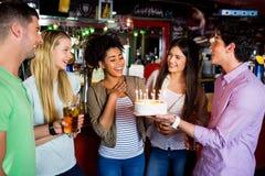Amis célébrant avec le gâteau Photographie stock
