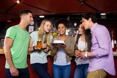 Amis célébrant avec le gâteau Photographie stock libre de droits