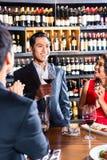 Amis célébrant dans le restaurant Photo libre de droits