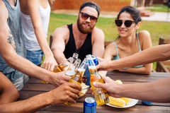 Amis célébrant et buvant de la bière dehors Photographie stock libre de droits