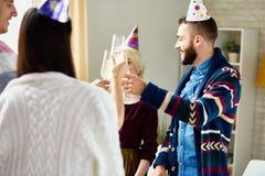 Amis célébrant l'anniversaire Photographie stock