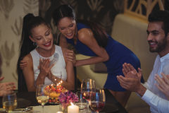 Amis célébrant l'anniversaire dans le restaurant Photo libre de droits