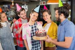 Amis célébrant l'anniversaire de femme dans le restaurant Photos stock
