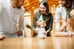Amis célébrant l'anniversaire du ` s de chien Image stock