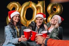 Amis célébrant l'an neuf Image stock