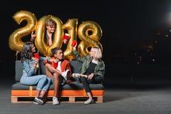 Amis célébrant l'an neuf Photographie stock