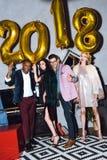 Amis célébrant l'an neuf Image libre de droits