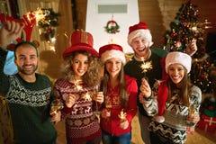 Amis célébrant la nouvelle année ensemble Photo libre de droits