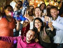 Amis célébrant la veille de nouvelles années image libre de droits
