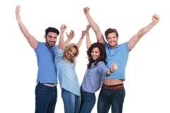 Amis célébrant la victoire avec des mains dans le ciel Image stock