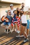 Amis célébrant le 4ème des vacances de juillet Photographie stock