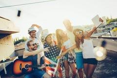 Amis célébrant le 4ème des vacances de juillet Photos libres de droits