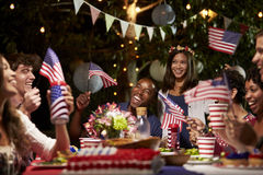 Amis célébrant le 4ème des vacances de juillet avec la partie d'arrière-cour Image libre de droits