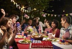 Amis célébrant le 4ème des vacances de juillet avec la partie d'arrière-cour Images stock