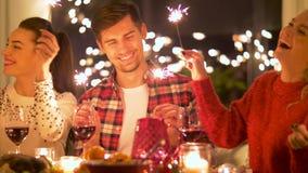 Amis célébrant le dîner de Noël à la maison clips vidéos