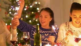 Amis célébrant le dîner de Noël à la maison banque de vidéos