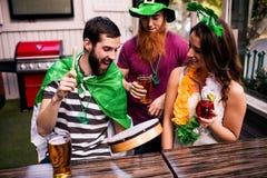 Amis célébrant le jour de St Patricks Image stock