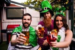 Amis célébrant le jour de St Patricks Images stock