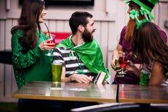 Amis célébrant le jour de St Patricks Photos libres de droits