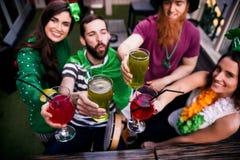 Amis célébrant le jour de St Patricks Image libre de droits