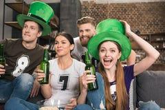 Amis célébrant le jour de St Patricks Photo stock